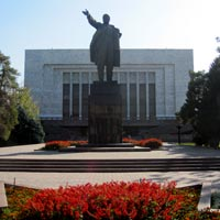 Bishkek travel guide, Lenin statue in front of museum
