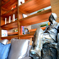 Guangzhou MICE hotels on the river, White Swan's Club is a stylish executive retreat with books and statues