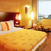 Guilin hotel guide, Lijiang Waterfall has bright gold hues