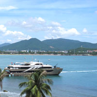 Sanya fun stuff, cruise boats at Dadonghai