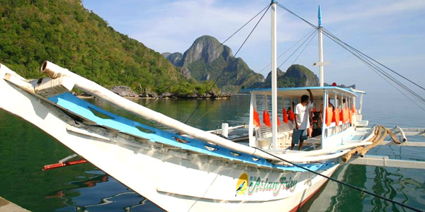 Palawan fun guide and dive resorts - banca docks at El Nido town