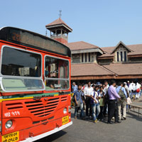 Mumbai fun guide, bus at Bandra train station