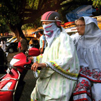 Mumbai fun guide, ladies on Vespa in traffic