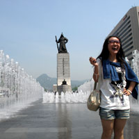 Seoul guide, tourist poses at Admiral Lee statue