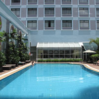 Sheraton Saigon swimming pool catches some sun