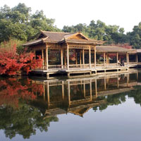 Hangzhou guide, picture-postcard temple and lake