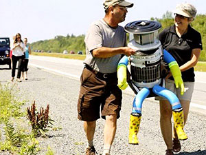 Hitchhiking robot - HitchBOT in action on his trans-Canada adventure